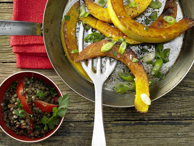 Kürbis plus Ballaststoffe: Gebratene Kürbisspalten - mit Tomaten-Linsen-Gemüse | Kalorien: 228 Kcal - Zeit: 35 Min. | eatsmarter.de