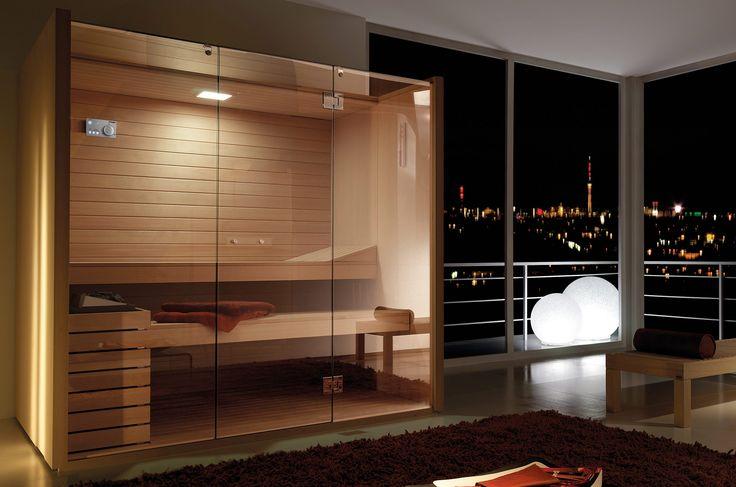 Una sauna caratterizzata da ampie vetrate che arrivano fino al soffitto. Sauna certificata, realizzata in pregiato legno canadese Hemlock e vetri temperati da 10 mm. Parete frontale, porta e soffitto in vetro temperato che dona estrema trasparenza e leggerezza.