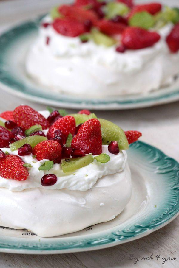Découvrez la recette Pavlova fraise, kiwi et citron vert sur cuisineactuelle.fr.
