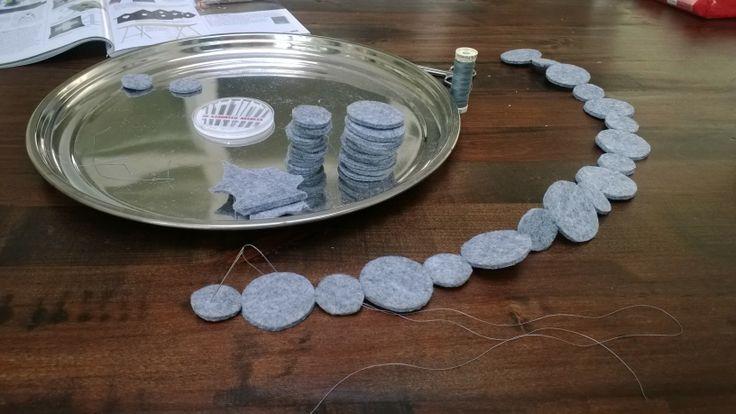 Van een restje vilt heb ik cirkels in 2 verschillende maten geknipt. Deze cirkels met naald en draad aan elkaar maken en klaar is je slinger!