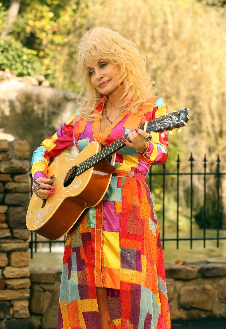 Dolly Parton singing song 'Coat Of Many Colors'