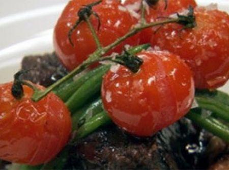 Receita de Costelas assadas com purê de batata ao alho, vagens e tomates - Costelas de ponta de agulha assadas Pré-aqueça o forno a 180°C. Coloque todos os legumes em uma vasilha grande. Adicione as ervas e temperos,...