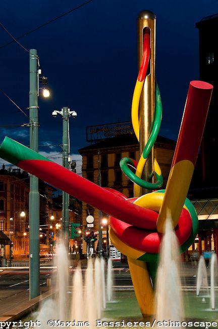 """""""Ago, Filo e Nodo"""",scultura in 2 parti creata da Claes Oldenburg e Coosje van Bruggen,inaugurata nel 2000.Il gigantesco ago con il filo multicolorato che sbuca in un altro punto della piazza con il nodo finale,sono stati realizzati per il rifacimento della Stazione di Milano Cadorna e della antistante p.za alla fine degli anni novanta.L'opera,omaggio alla laboriosità milanese e,soprattutto,al mondo della moda,che ha in Milano uno dei principali centri mondiali. WWW.ORIZZONTENERGIA.IT #Milano"""