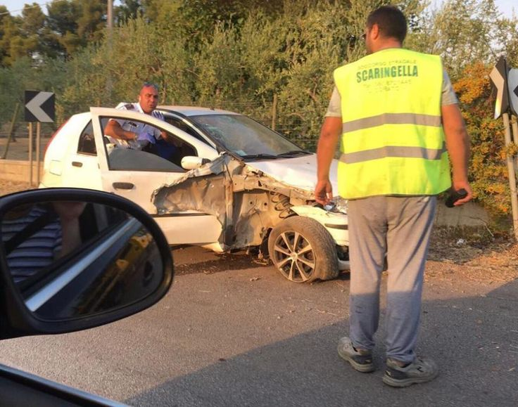 Auto fuori strada in Via Gravina #Corato, #Incidente, #Lostradone, #ViaGravina  Corato LoStradone.it