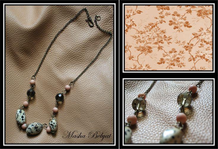 Collar corto. Metal color latón, piedras decorativas, cristal checo. $200 MXN
