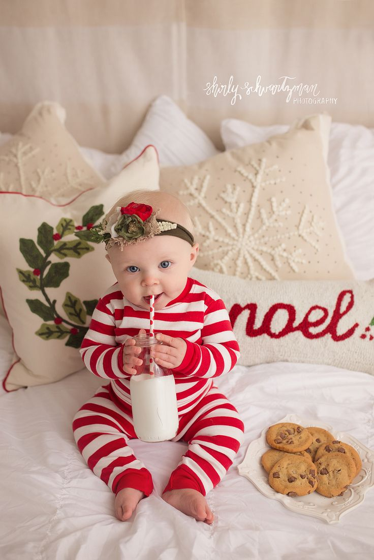 Christmas Milk and Cookies Mini Session | Adorable holiday photo idea for Christmas cards