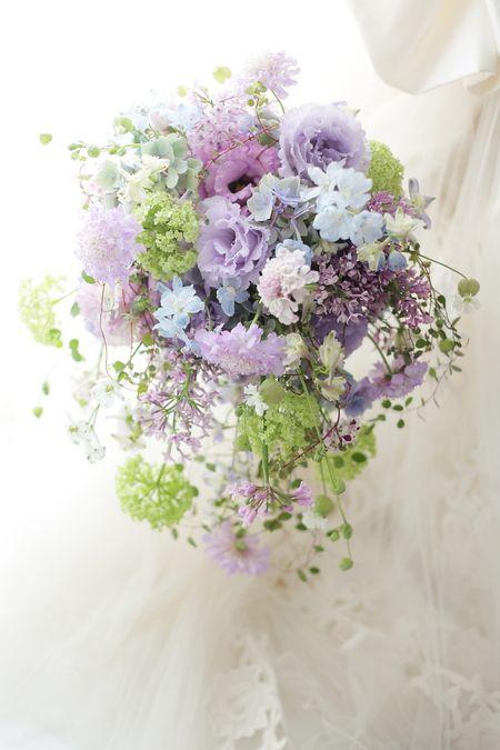 シャワーブーケ 綱町三井倶楽部さまへ 紫、すみれ色、黎明 : 一会 ウエディングの花