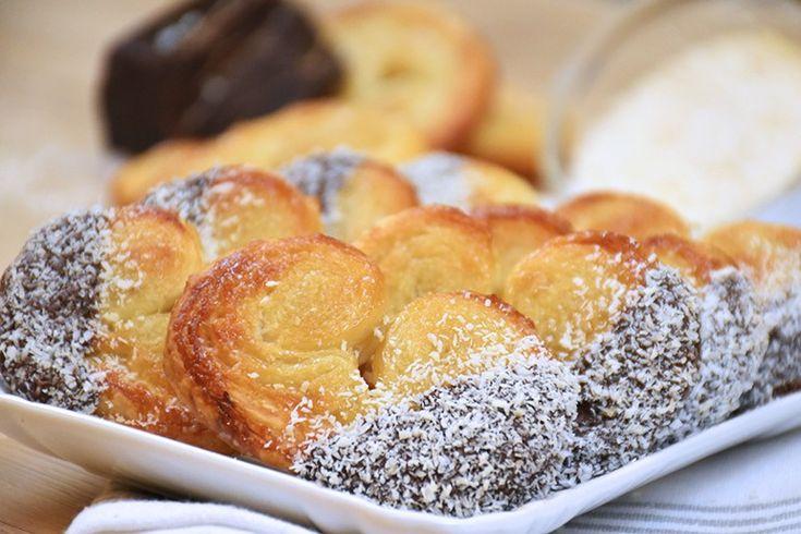 I ventagli di sfoglia cocco e cioccolato sono dei dolcetti perfetti, facili e veloci da preparare ma molto eleganti e d'effetto. Ecco la ricetta