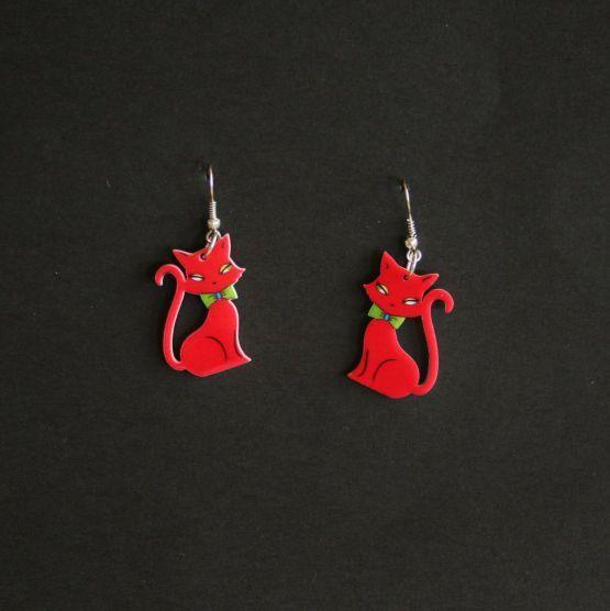 Plexiglas øreringe med røde katte, 69 kr/par, 2 par 97 kr. Se vores mange sjove øreringe af plexiglas, eller smykkeler. http://uglenimosen.dk/produkter/71-sjove-oereringe/