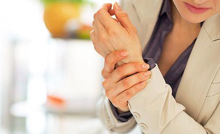 (Zentrum der Gesundheit) – Bei Autoimmunerkrankungen wie z. B. Multipler Sklerose, Arthritis oder Lupus Erythematodes greifen die Abwehrzellen des Immunsystems keine Krankheitserreger, sondern körpereigenes Gewebe an. Als Sitz des Immunsystems spielt der Darm bei der Entstehung von Autoimmunerkrankung eine entscheidende Rolle. Denn genau wie eine gesunde Darmflora vor Autoimmunprozessen schützt, kann eine kranke Darmflora sie geradezu fördern. Daher kann die Sanierung der Darmflora eine…