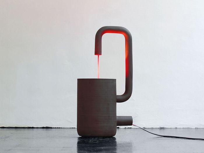 Le designer Arik Levy s'est tout simplement inspiré de son robinet pour créer cette lampe design baptisée Fontana. Nom très approprié, vous l'aurez bien sur remarqué. Ses petites dimensions en font une belle lampe de table, apaisante avec son éclairage rouge et son design épuré… Vous aimez?
