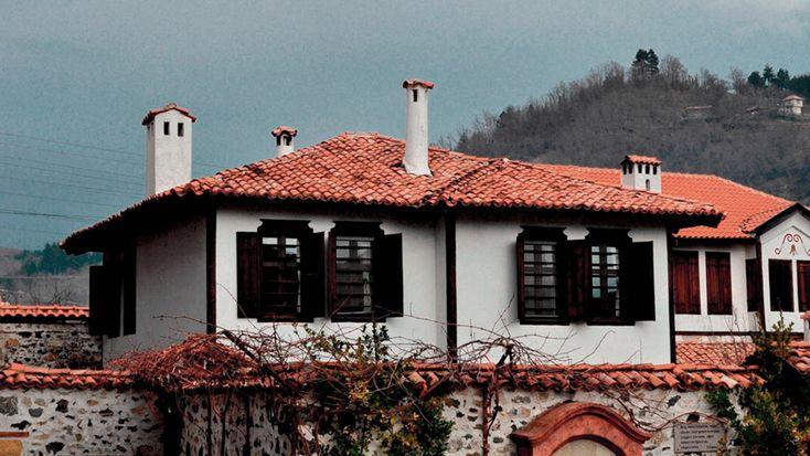 Bulgaria. Casas blancas con tejas rojas.