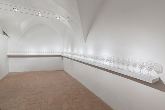 Reynier Leyva Novo, El beso de Cristal, 2015, 70 glass goblets, variable dimensions. Galleria Continua San Gimignano, 2016. Photo by Ela Bialkowska
