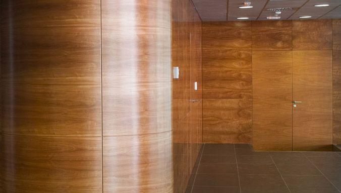 Puertas de madera con paneles rechapados de raclima for Puertas madera barcelona