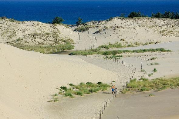Słowiński Park Narodowy To jeden z największych w Europie obszarów ruchomych wydm, których wysokość dochodzi do 30 metrów. Piasek zaczyna przemieszczać się przy prędkości wiatru minimum 5 m/s, w efekcie wydmy przesuwają się o 2-3 metry rocznie. Słowiński Park Narodowy ma status rezerwatu biosfery UNESCO, jest także objęty konwencją ramsarską.