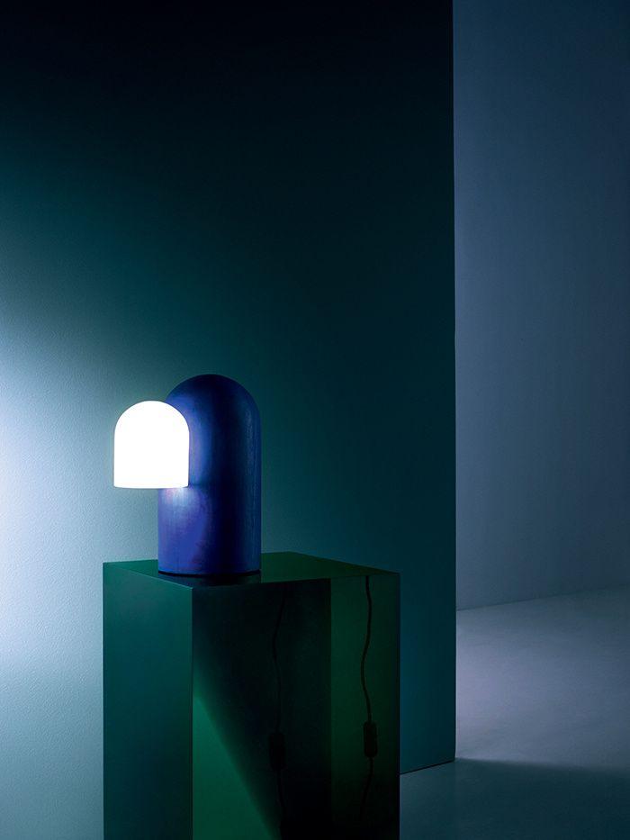 Lampe en tilleul teinté à l'encre et cristal opalin de Bohême Big Hood, Éric Schmitt (Galerie Cat-Berro). Bloc en résine cristal translucide et colorée Block A, Andy Martin (Galerie Yves Gastou).  En fond, peinture Green blue 84 en émulsion mate (Farrow & Ball).