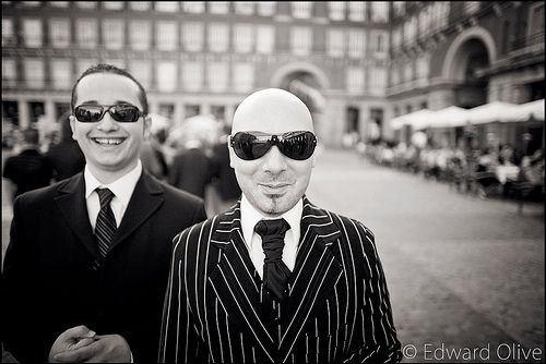 Men in sunglasses in Plaza Mayor Madrid -Edward Olive fotografo de bodas gay wedding photographer - photographe de mariage gay - fotografo di matrimonio gay