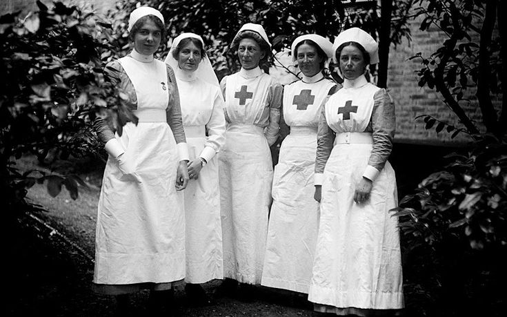A group of nurses at Hamworth Hall which served as a Red Cross Hospital, 1915