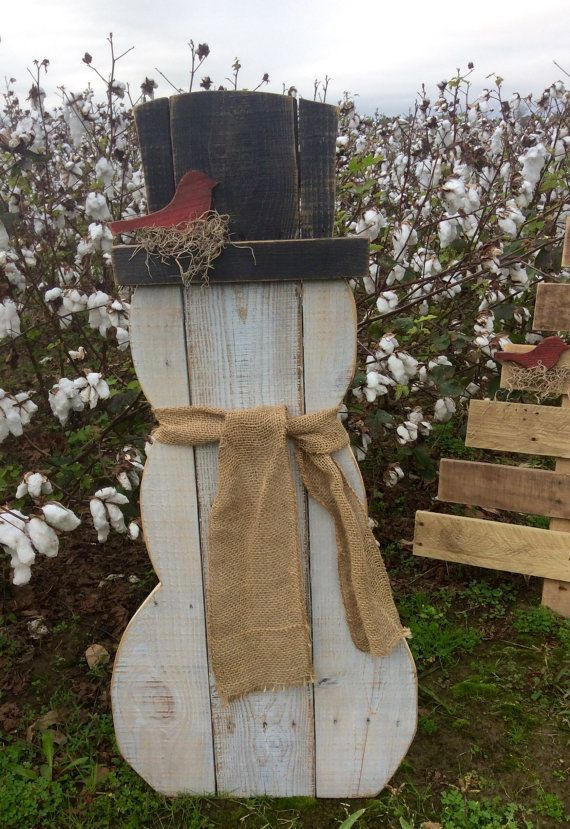 "Pallet Snowman   $50.00""},""humanLanguage"":""en  Snowman made from reclaimed pallet wood. He has a red bird nesting on his hat brim. He wears ..."