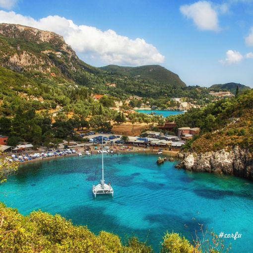 Doğal güzellikleri ile olduğu kadar tarihi değerleri ile de dikkat çeken Korfu Adası, başdöndürecek kadar güzel olan manzaralı tepeleri ile nefes keser.
