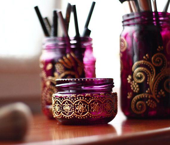 Deze SET van 3 mason jar is een prachtige verklaring van het Boheemse ontwerp voor make-up organisator. Ideaal voor het opslaan van al uw make-up essentials, hebben de organisatoren van onze badkamer een compartiment voor alles van borstels aan lippenstift paletten en haaraccessoires.  Mix en match deze getint glas jar schatten tot Boheemse Bad decor instellingen of home decor, boho accenten die van liefde, avonturen, muziek, kunst en literatuur spreken.  Maak sets voor deze geschilderde jar…