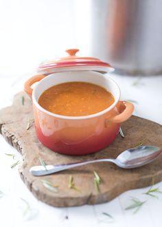 Heerlijke en verse tomatensoep. Verse tomatensoep is zo veel lekkerder en gezonder dan soep uit blik. Dit recept is makkelijk om te maken en super gezond.