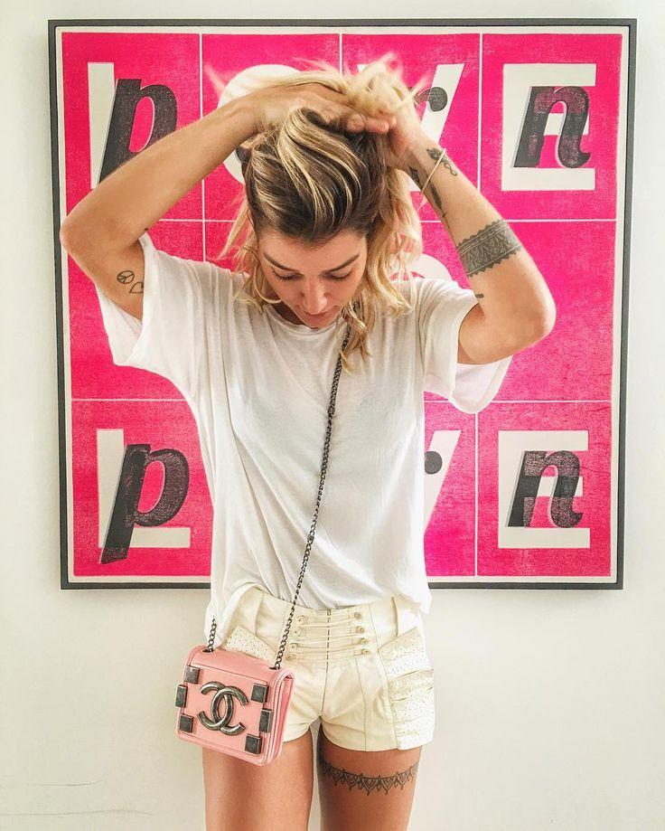 Gente olhem que lindo esse shorts e essa bolsinha Chanel que eu comprei no @etiquetaunica (n sou mto consumista mas tenho fraco por bolsa ) geralmente compro minhas bolsas importadas la e dessa vez comprei algumas roupas tbm tem muuuitas marcas legais e por ser um site q vende peças de segunda mão o preço é BEM melhor e tudo la vem impecável!  Sou fã! #EtiquetaUnica #SecondHand by gabrielapugliesi
