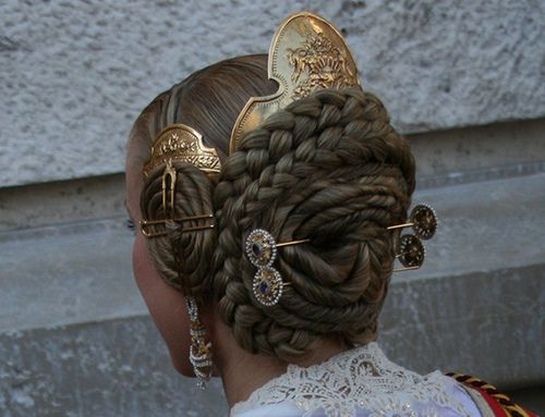 In typical Valencian costume is common accessory used needles to hold hair bows, and hair combs, which like needles adorn the bow although more decorative and are often recorded with elegant motifs.
