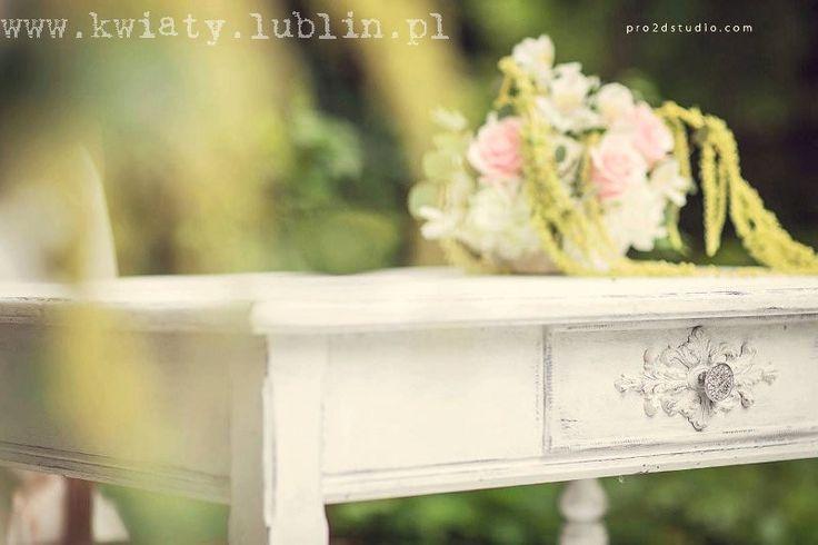 Ślub plenerowy w sadzie - kwiaty na stole urzędnika fot.Pro2dstudio.com