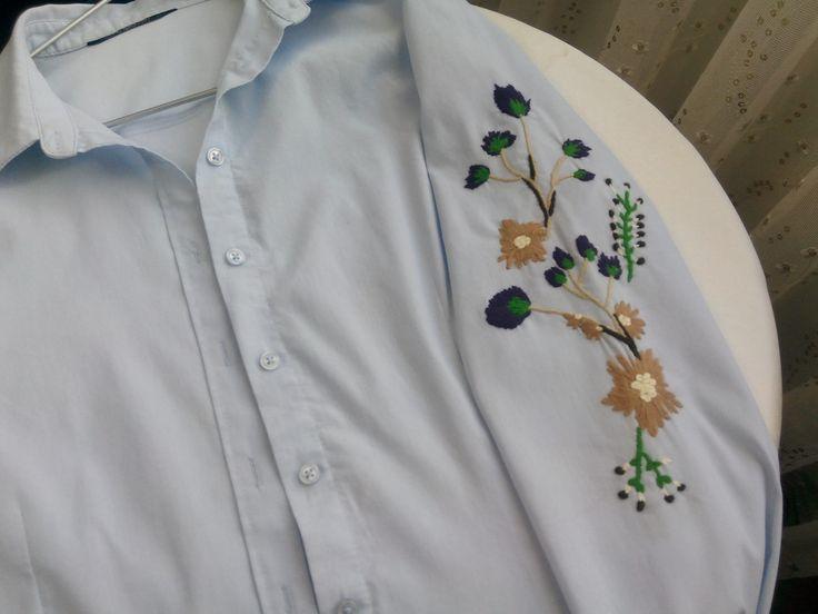 Düz bir gömlek özenle işlenir ve mutlu olunur.