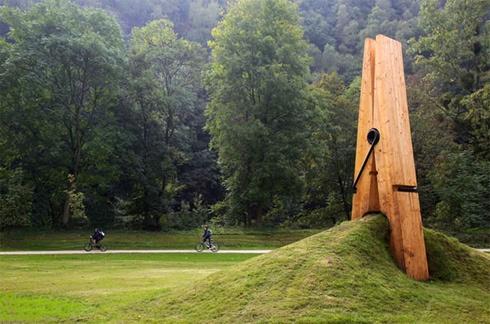 ベルギーのとある公園には、巨大な洗濯ばさみがある。