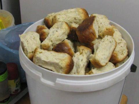 Soetmelkbeskuit 2 kg koekmeel 250 g botter  2 t kremetart... 2 t sout 3 k lou melk 1 & 1/2 k suiker 2 tot 3 eiers  3 e olie Sny botter in klein stukkies en voeg dit by die lou melk.  Voeg die suiker en sout ook by die melk en roer oor stadige hitte tot die botter  gesmelt is. Voeg die olie en die geklitste eiers by. Sif die bruismeel en kremetart saam. Roer die melkmengsel wat louwarm moet wees, daarin. Meng en knie dit omtrent 10 minute lank tot die deeg glad is.Maak bolletjies  Bak 1 uur…