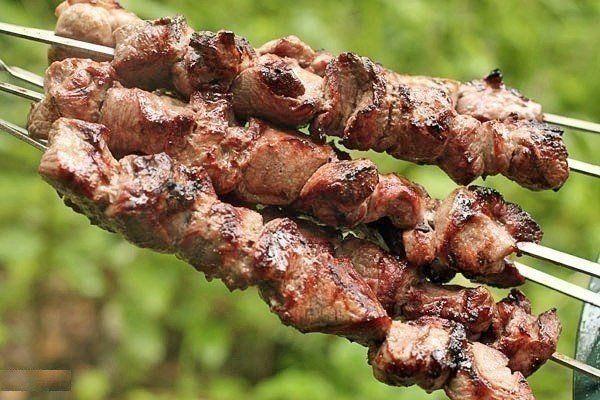 3 способа:1. Рецепт весьма прост- на 2 кг мяса - 1 большой киви или 2 маленьких.Спелые разминаем руками и перемешиваем с мясом,а твёрдые киви режем на мелкие кусочки тоже перемешиваем с мясом. Специи …