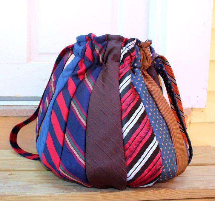 een tas van oude stropdassen. in de ReShare Store zijn er genoeg te vinden in alle kleuren van de regenboog!