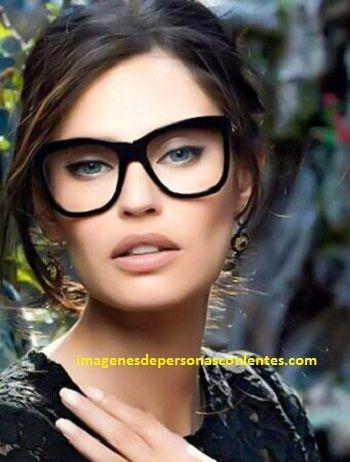 peinados faciles para mujeres con lentes modernos