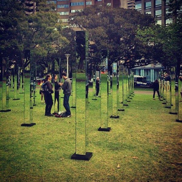 le parc de Hyde Park à Sydney, accueille une exposition atypique : 81 poteaux en forme de miroirs à quatre faces y ont été installés