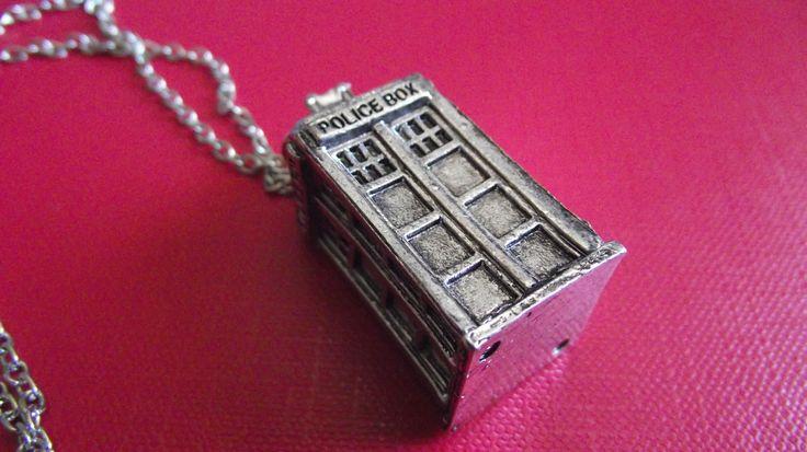 Ciondolo TARDIS. Prezzo standard: 7 euro.