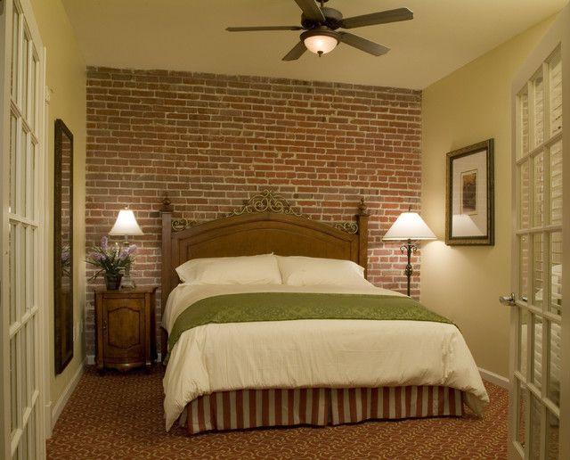 аккуратная спальня с кирпичной стеной
