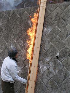"""Shou sugi ban/yakitsugi: man umgibt das zu behandelnde Brett mit drei zu einem """"Kamin"""" zusammengefügten andern Brettern und stellt diesen vertikal auf. Ein Blatt Papier witd angezündet und, sobald die Flammen lodern, entzündet man die Holzlatte im """"Kamin"""", wartet kurz und wendet den """"Kamin"""" um 180 Grad, damit die Flammen auch vom anderen Brettende hinaufzüngeln. Schon ist das Brett fertig angekohlt und muss nur noch mit Wasser gekühlt werden (Anleitung aus Kurier Grüne Welt Journal)"""