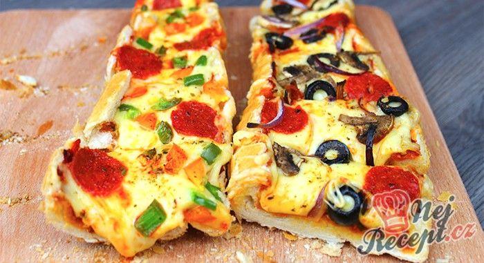 Velmi jednoduchá pochoutka, kterou víte připravit na párty. Já jsem toto rychlé občerstvení připravovala pro hosty na oslavu narozenin. Nejdřív jsem myslela, že připravím klasickou pizzu, ale nakonec mě manžel přesvědčil, že raději ne. Tak jsem přemýšlela nad jinou variantou, bez kynutého těsta a přišla jsem na tuto línou plněné bagetu na styl pizzy. Každý si může přidat různé suroviny, já jsem na jednu dala sýr, barevnou papriku, salám a na druhou jsem dala žampiony, cibuli, papriku, salám…