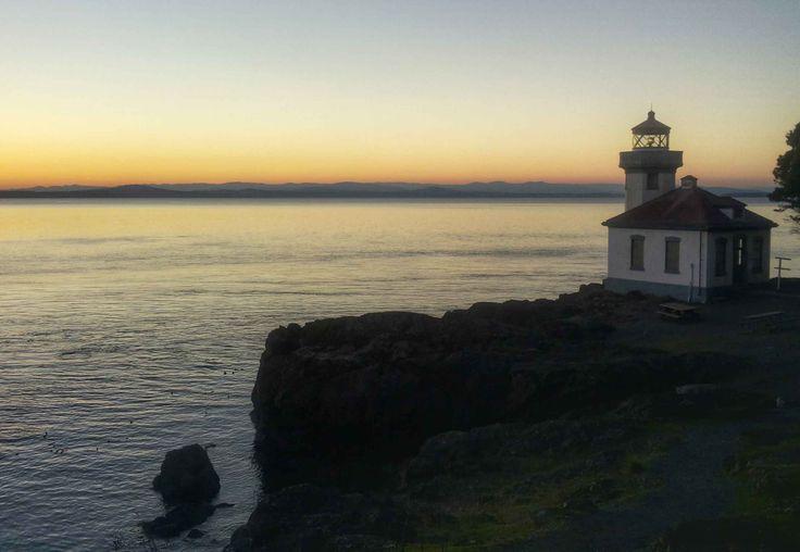 Qualche consiglio per visitare le San Juan Islands (Washington, Stati Uniti). Il luogo che più ho amato durante tutti i miei viaggi.  (sai che da questa spiaggia rocciosa con il faro si possono vedere facilmente le orche?