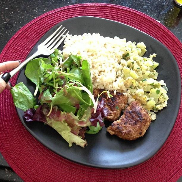 arroz integral + salada verde + chuchu + bife peru