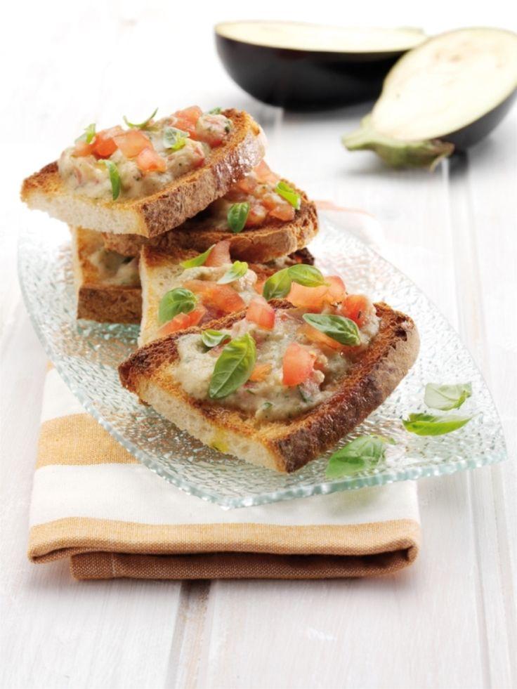 Bereiden: Meng de kruiden met 100 ml culinaire olie en wrijf hiermee de kip in. Kruid af met peper en laat 15 minuten marineren in de koelkast. Snijd de aubergine doormidden, bestrijk met de rest van de culinaire olie en grill kort op de BBQ. Steek de stukjes look in de aubergine en leg op elk stuk aubergine een takje tijm.