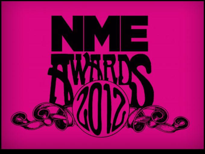 Ayer por la noche el país de la Reina Isabel II se puso de pie para aplaudir a todos los ganadores de los NME Awards, galardones que entrega la revista del mismo nombre a lo mejor de la música inglesa.  La diferencia con los BRIT Awards reside en que los premios de la NME tienen un perfil menos pop e incluyen categorías negativas como lo peor de la música en el año.  La ceremonia se llevó a cabo en el O2 Academy Brixton, en Londres. Aquí les presentamos la lista de ganadores:  Mejor Banda…