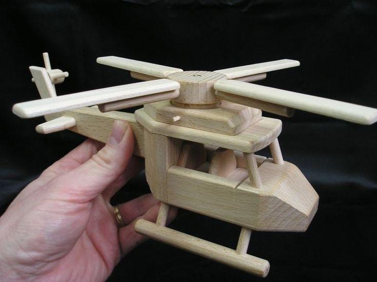 Hračka vrtulník ze dřeva.