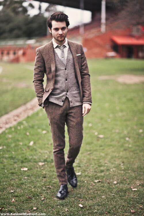 チャコールグレーのツイードスーツにグレーのベストを合わせた着こなし。30代アラサー男性におすすめのスーツベスト。