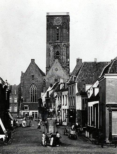 Wijk C | Jaren 30 | De Waterstraat. R. de ingang naar de Willemstraat. Met de Jacobikerk sinds 1674 zonder spits
