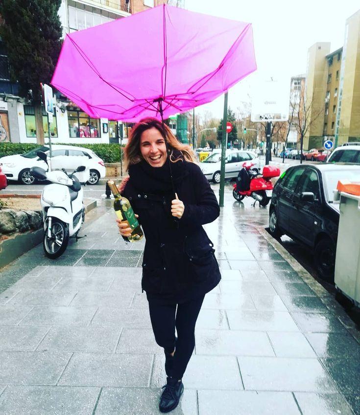 Descripción gráfica; Así es mi vida últimamente siempre intento ponerle color a todo lo que hago pero muchas veces la cosa se me tuerce como mi paraguas eso sí siempre sonriendo a la vida.  . Y si la cosa se complica botella de vino en mano.... . #happy #feliz #sonrie #vida #situaciones #resilencia #dreams #persiste #paraguas #lluvias #bodybuilding #transformation #fit #fitgirl #bikinifitness #gym #tarima #sueños #colores #diabetes #diabetestipo1 #diabetica #insulina #insulinadependiente…
