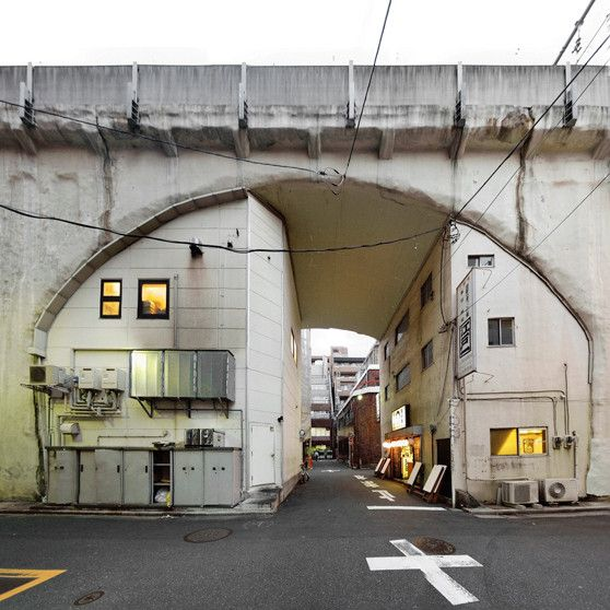■浅草橋〜秋葉原駅間 アーチ部に道路が横断してて、その下にある高架下建築がこんなことに!キュート!(画像クリックで大きなものをご覧いただけます)
