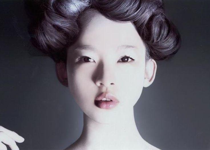 """In Giappone le donne tra i 40-50 che non dimostrano la propria età vengono chiamate Bimajo che significa """"bella strega"""" come se fosse un incantesimo a mantenerle giovani. www.shiseido.it"""